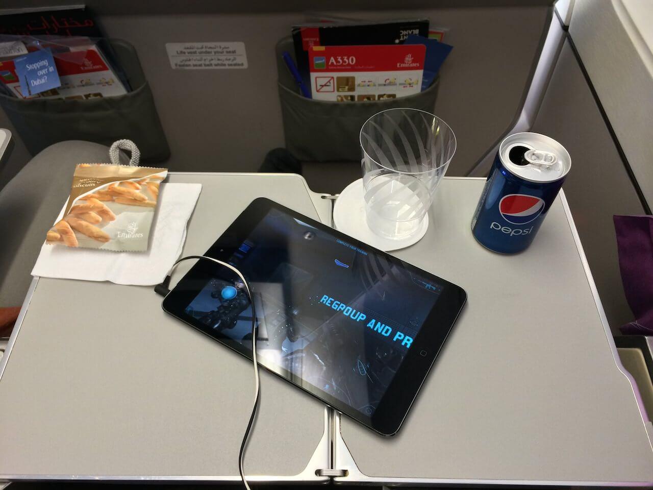 Miejsca trochę więcej niż przy lotach krajowych, ale szału nie ma. Stoliki wyłącznie wysuwane z boku siedzenia co jest o tyle dobre, że masz ten stolik w odpowiedniej odległości od głowy i ten z przodu nagle ci nie połamie laptopa, gdy będzie odchylał fotel.