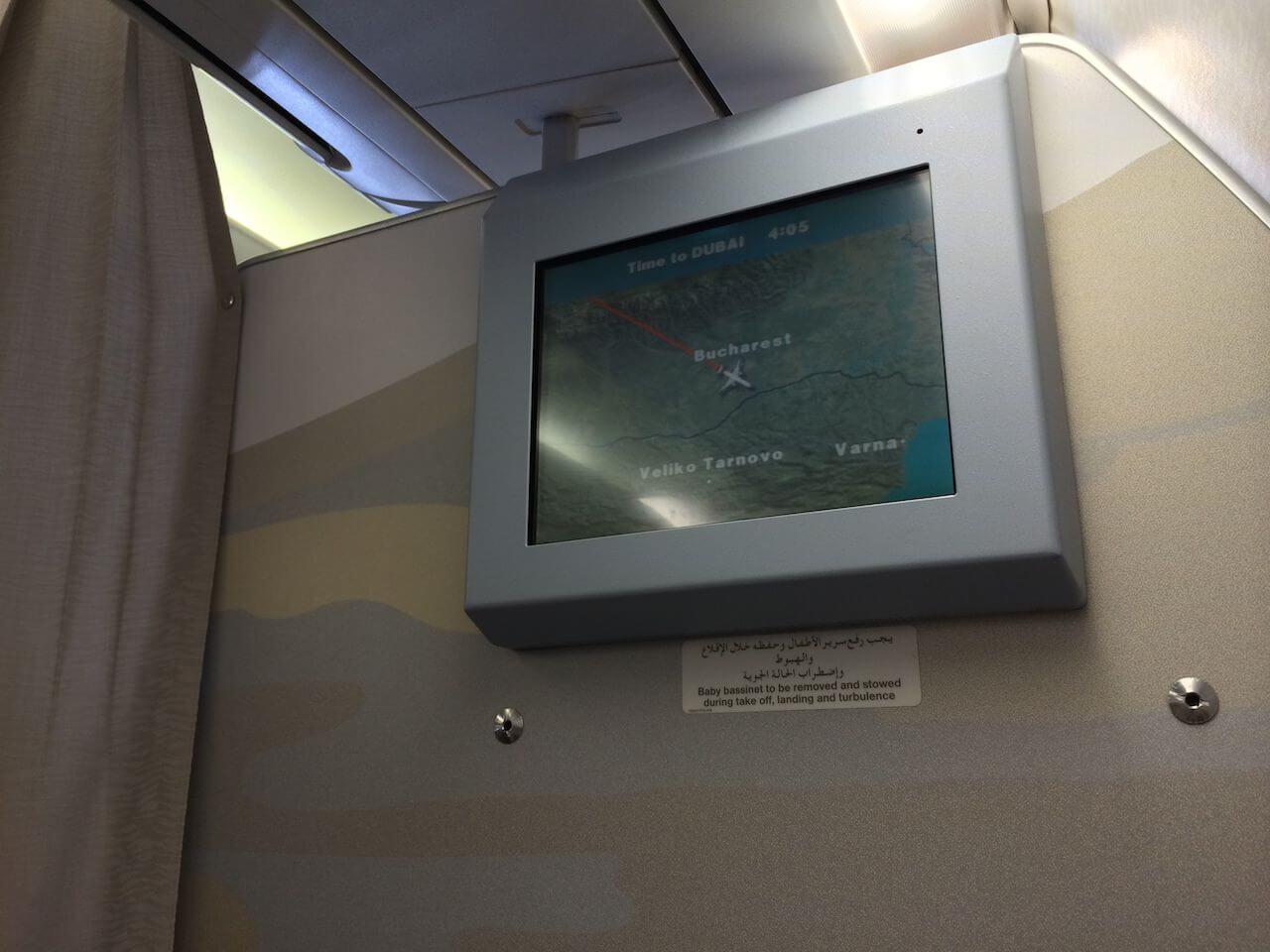 Są pasażerowie, którzy przez całą podróż patrzą się w monitor, obserwując trasę lotu. Ja tak bym nie mógł. Tak jak spoglądanie ciągle na zegarek. Czas płynie wolniej.