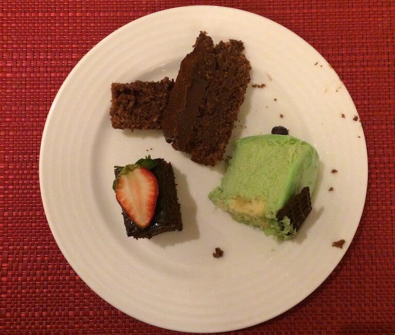 Ciastko czekoladowe, drugie ciastko czekoladowe i żeby nie być monotematycznym, wziąłem jeszcze ciastko herbaciane. Nie wiem jak to zrobili, ale smakowało.