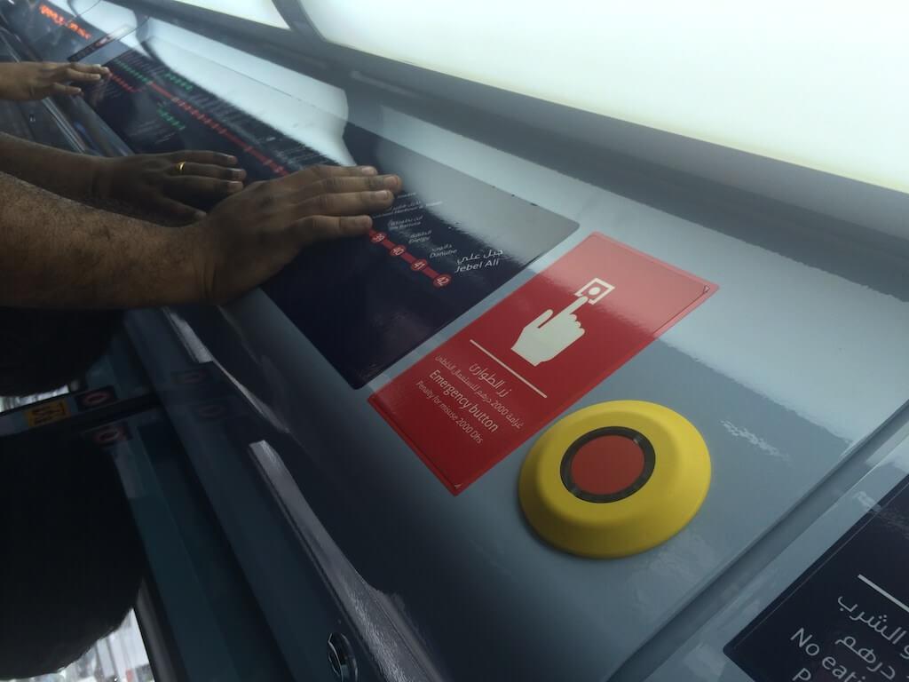 Czy już wspominałem o czerwonym przycisku? Chętnych do dotykania nie brakuje. Dubaj to bogate miasto.