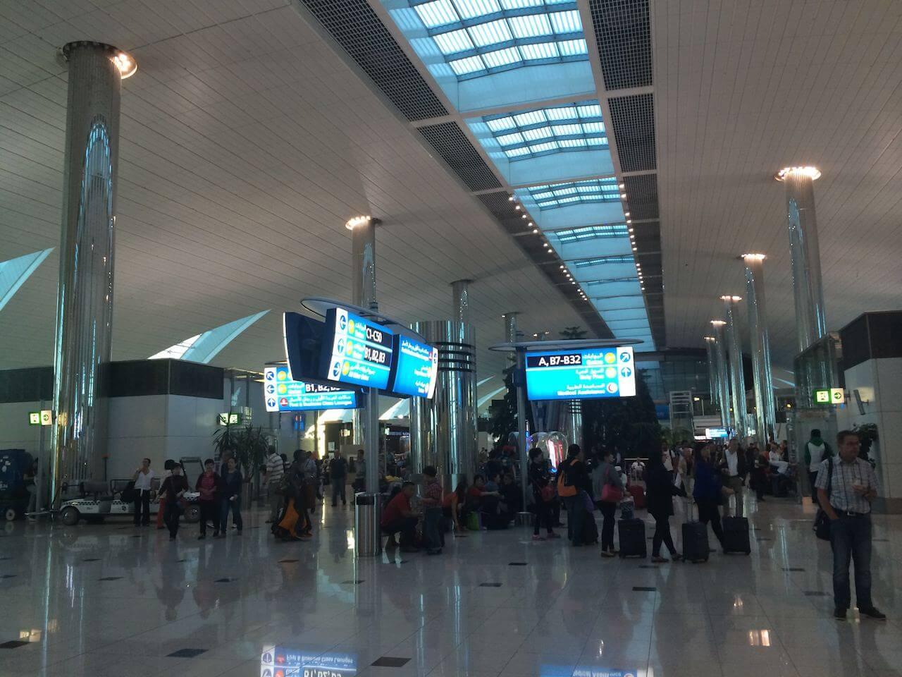Lotnisko w Dubaju. Słyszałem zachwyty, kiedy tam leciałem. Nie wiem nad czym. Jest całkiem duże, jest bardzo czyste, bardzo ładne, nieźle zaopatrzone, ale bez przesady. Do Frankfurtu czy tego londyńskiego (nie chce mi się sprawdzać jak się pisze), to mu jeszcze daleko. Nawet w Atlancie czy Las Vegas jest więcej do zwiedzenia i zobaczenia i kupienia. Ja byłem rozczarowany, zwłaszcza tym, że droga od samolotu do lotniska to jakieś 20 minut jazdy autobusem. A potem jeszcze pół godziny w kolejce do wiz. No prawie jak na JFK. Przegięcie.