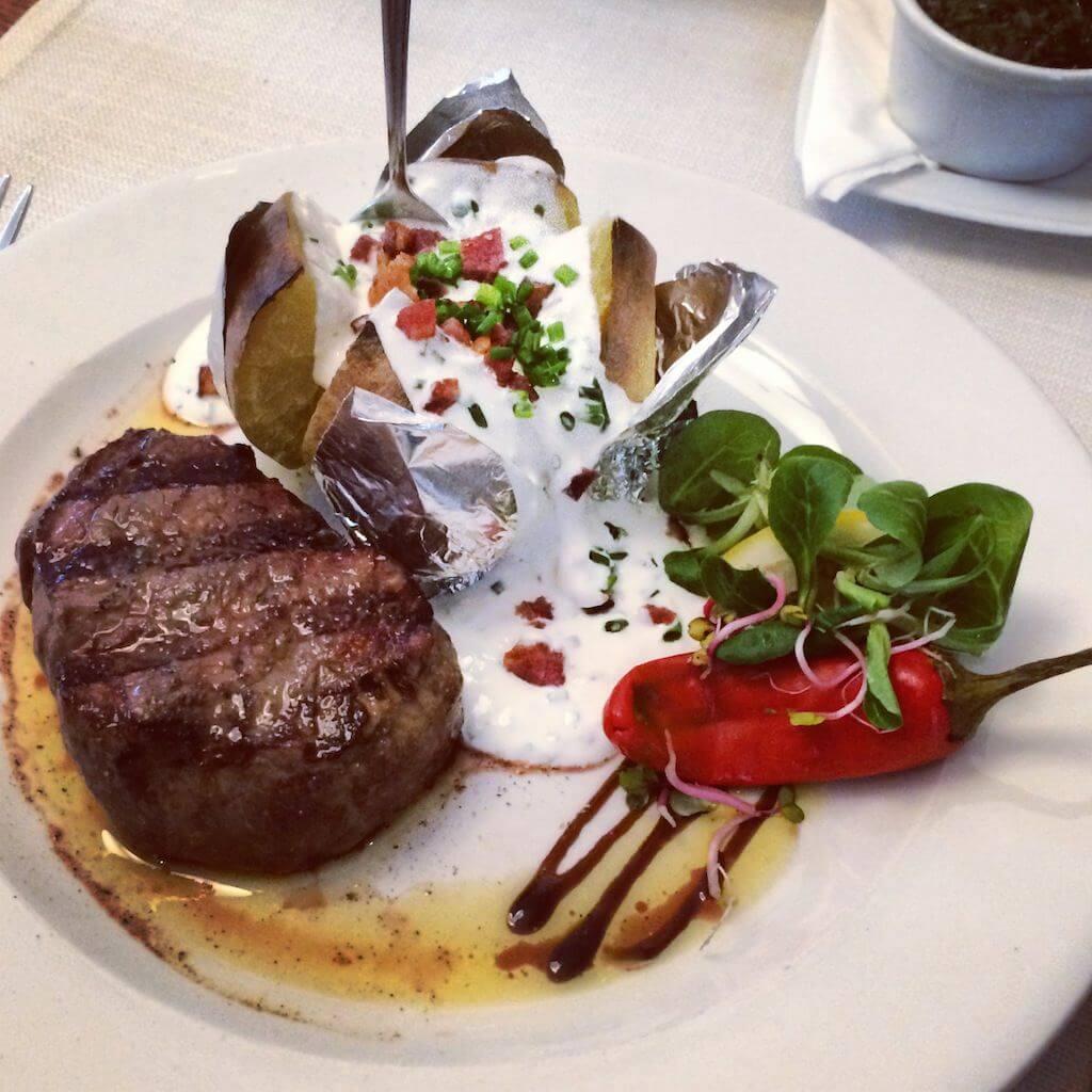 A mój stek to dzieło sztuki. Nie przypominam sobie, abym w Polsce jadł lepszego steka. No tak, siekany u znajomych w Kołobrzegu (Grill Wichłacz – pisałem o nich latem) jest równie znakomity, ale jeśli chodzi o steki z argentyńskiej wołowiny, to ta krakowska restauracja bije na głowę większość lokali, w jakich jadłem dotychczas steki. A jadałem w kilkunastu krajach. Ponoć sprowadzają je pakowane próżniowo z Berlina co parę dni, aby zawsze były świeże. Wierzę im, bo nawet jeśli tak nie robią, to cokolwiek dziś dostałem, było maestrią smaku. Idźcie tam, powiedzcie, że chcecie to, co Kominek, a zaręczam, że się nie zawiedziecie. Ja z pewnością tam wrócę.