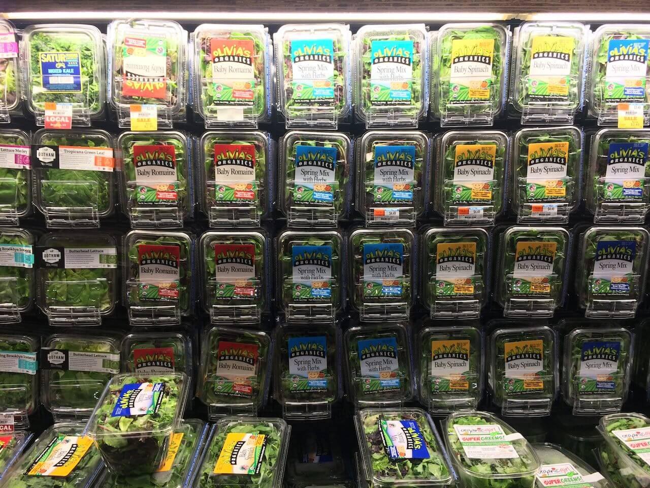 Jedna z moich ulubionych półek. Sałaty, warzywa i inne smakowitości. Wszystko porcjowane, umyte, a wybór taki, że można przez kilka miesięcy kupować inne opakowanie i ciągle mieć coś nowego.