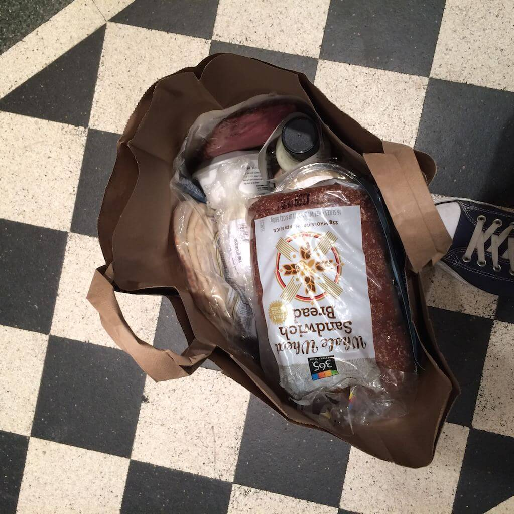 Papierowe torby. Wygodne i estetyczne. Kasjerzy często bez pytania pakują ci sami wszystko do torby i nie ma w tym nic dziwnego. Dlaczego u nas nie używa się ich, tylko ludzie łażą z reklamówkami, za które trzeba dopłacać 50 groszy?