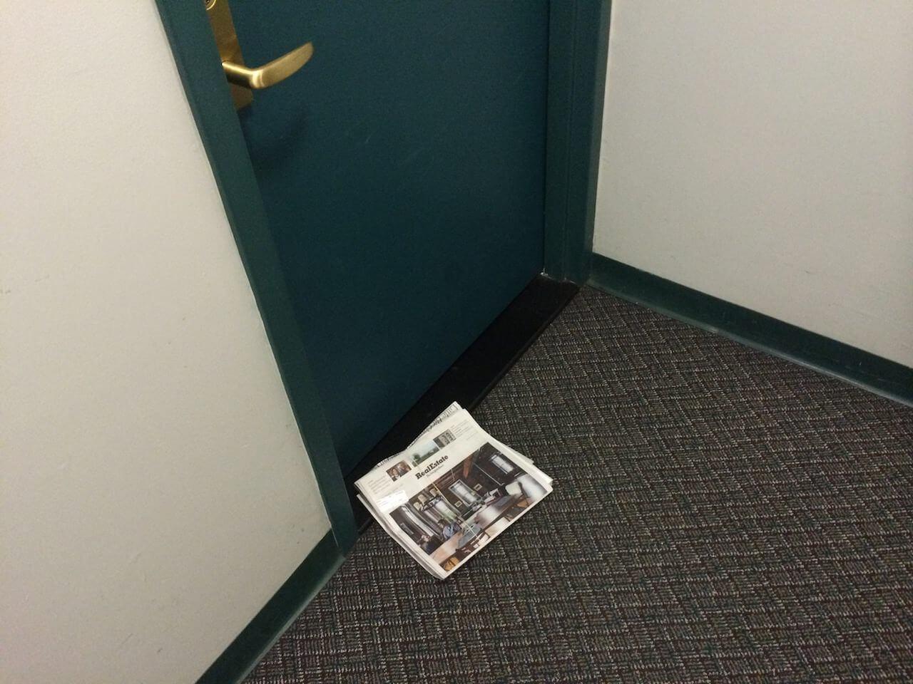 Prasą dostarczaną pod drzwi. To jedyna gazeta, jaką miałem w rękach w tym roku. I zapewne ostatnia.
