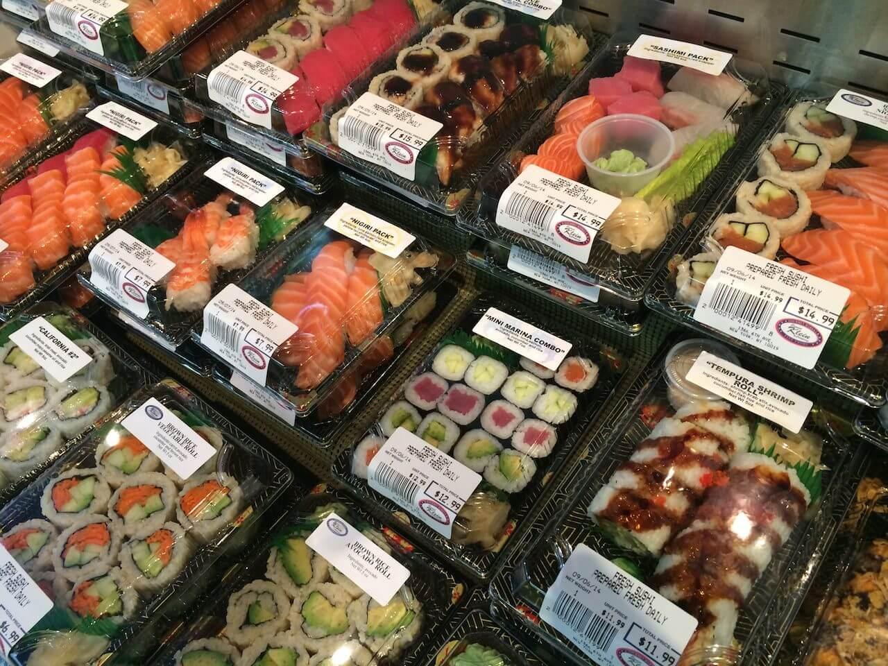 Sushi z marketów, którym trollowałem was kilka tygodni temu. Chyba w moim tekście, wychwalającym je, zapomniałem wspomnieć, że tak naprawdę to sushi jest robione na miejscu i od wykonania do spożycia mija mniej więcej tyle czasu, ile w Warszawie czeka się na dowóz. Od restauracyjnego różni się praktycznie niczym.