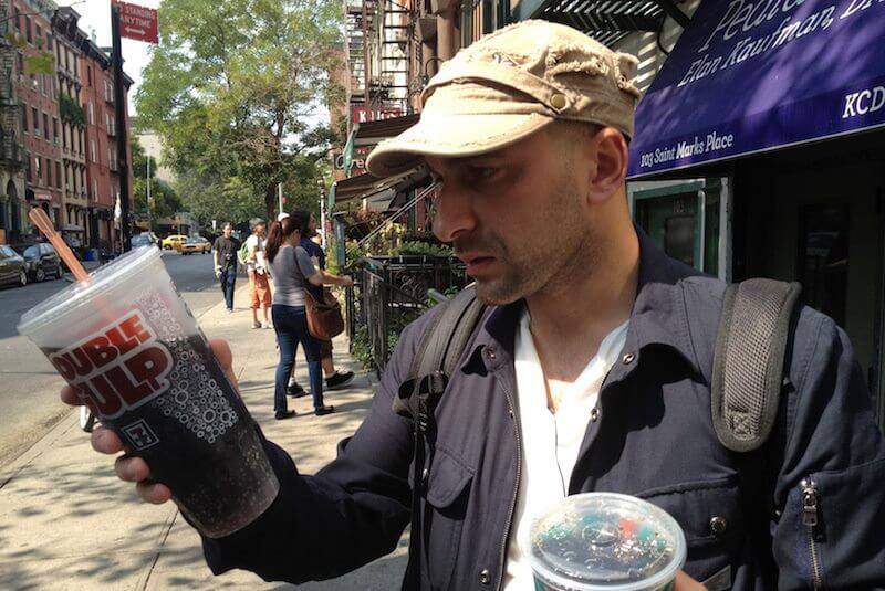 Tego chcą zabronić i zabronią. Od marca sprzedaż napojów słodzonych w tak wielkich kubkach zostanie zabroniona. Władze miejskie podjęły taką decyzję w ramach walki z otyłością.