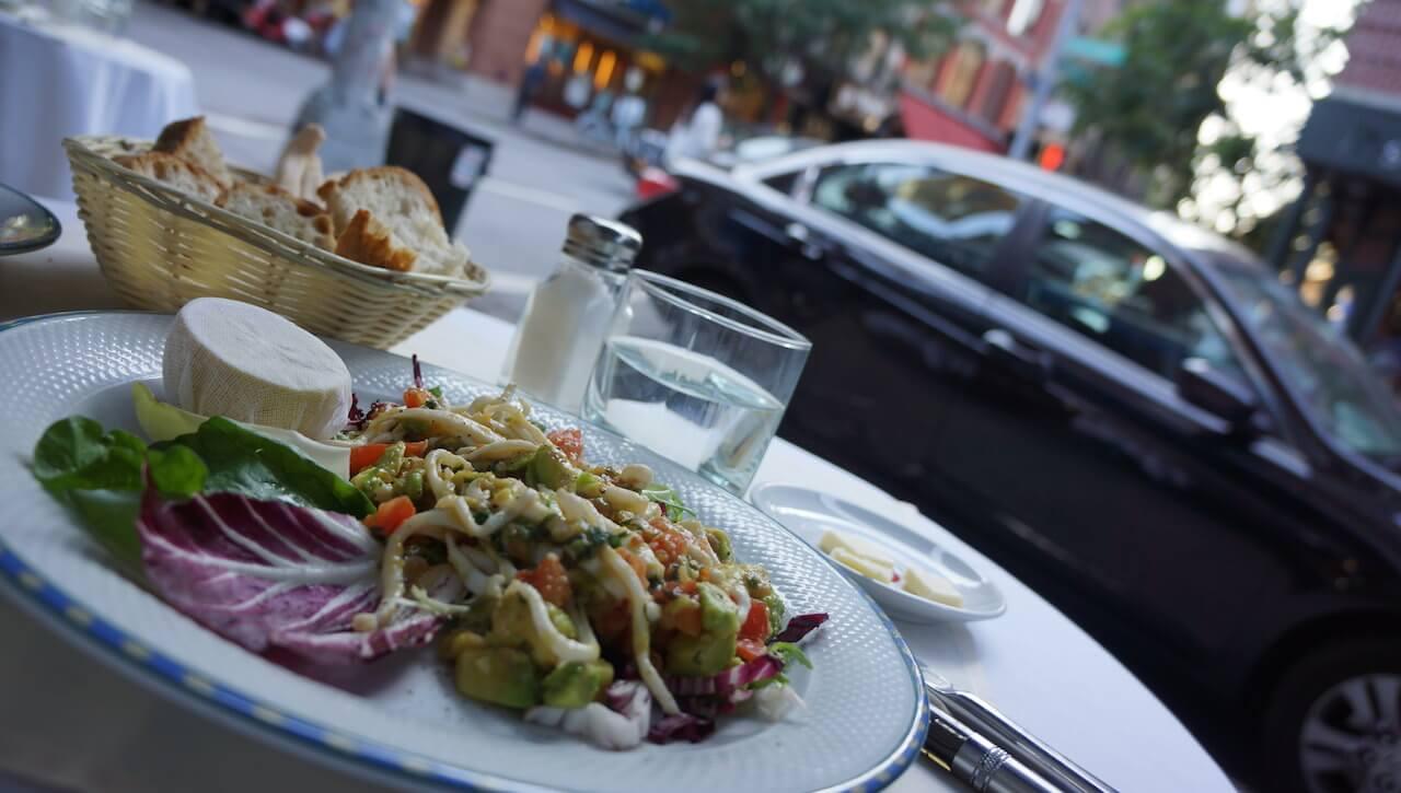 Śniadaniami na nowojorskich uliczkach. W Warszawie jedzenie na zewnątrz lokalu nie ma tak fajnego klimatu.