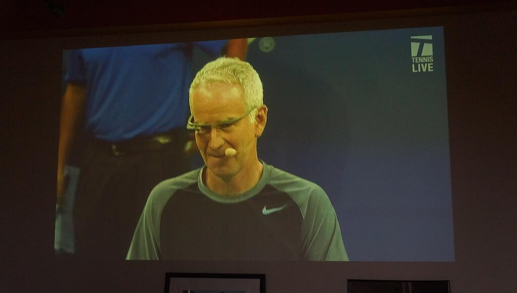 Nie uliczna, ale zobaczyłem to w trakcie pisania tekstu i nie mogłem się powstrzymać, aby nie dorzucić. Przed wczorajszym pokazowym mecze znanych tenisistów, uczestnicy meczu wyszli na kort w Google Glass. Pomyślałem sobie, że to fantastyczna reklama tego urządzenia.