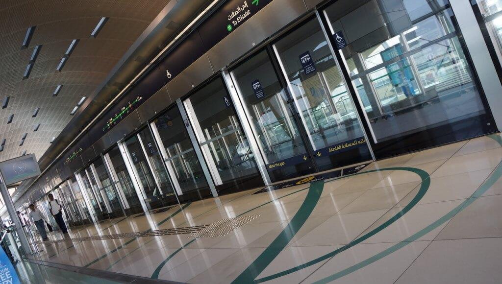 Pierwsze wow. Tutejsze metro mają prawie tak ładne, jak nasze warszawskie. Tyle, że tutaj nie zatrudniają maszynistów. Wszystkim kieruje komputer.