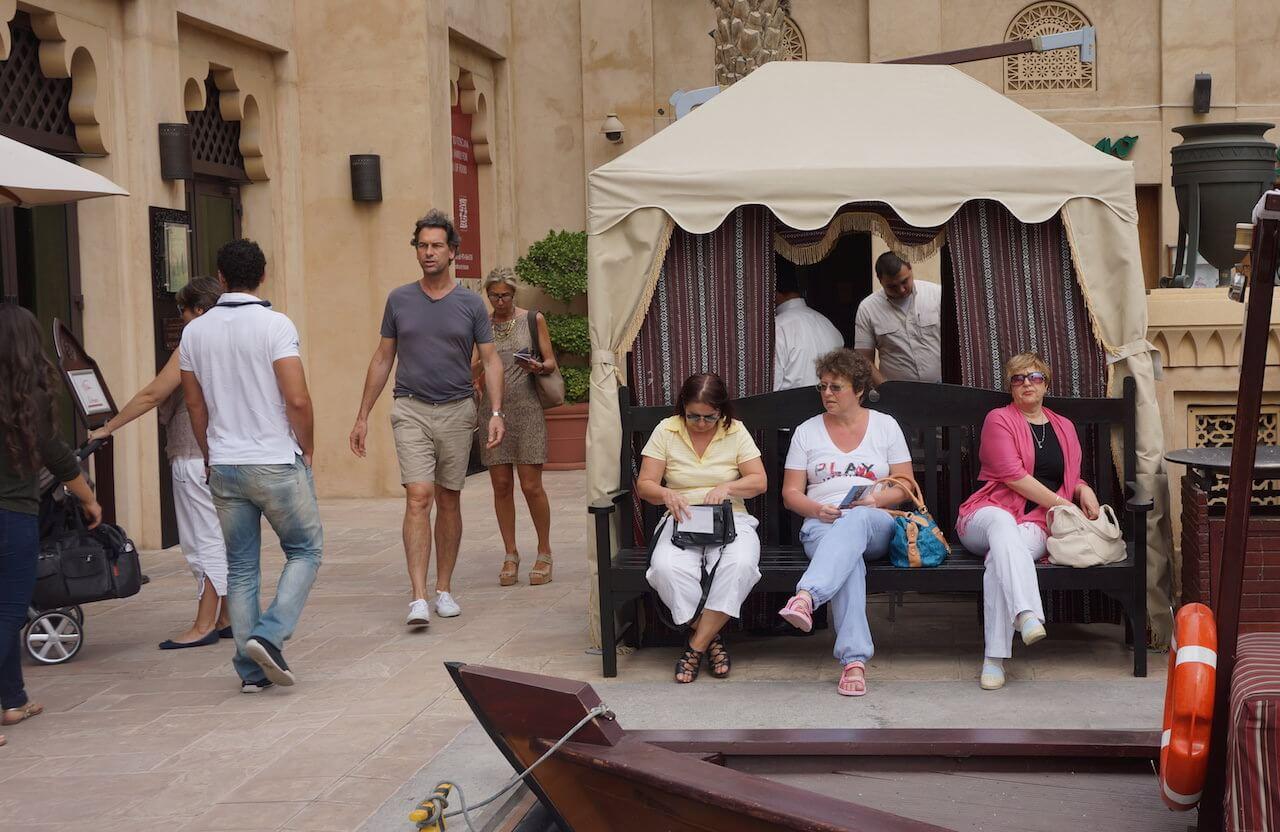 A jeśli jesteś turystą, to jak te ciotki siedzisz i czekasz aż ktoś ci rzuci okruchy.
