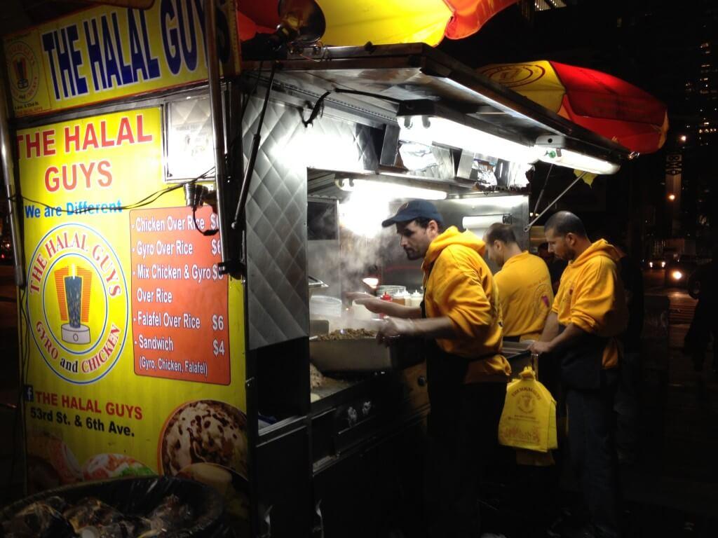Blaszane budy. W Polsce omijałbym szerokim łukiem. Syf, kiła i mogiła. W NYC są bardzo popularne, to jedna z najpopularniejszych. Są godziny, że przed nią ustawiają się kilkunastometrowe kolejki, a chłopcy podają tam zwykły kebab z ryżem. Nie żałują. Na jedną porcję dają tyle, ile w Polsce, tak na oko, mielibyśmy w czterech zamówieniach.