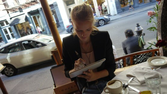 Ciacha nie mieli, ale kawę owszem i to wcale niezłą. Zacząłem opowiadać Kasi o swojej książce. To był ten moment, kiedy Kasia wzięła iPada i zaczęła grać w Angry Birds.