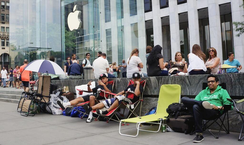 """Najlepsza reklama uliczna, to kilkoro spryciarzy przed sklepem Apple, którzy """"czekają"""" na premierę nowego iPhone. W najbliższych dniach, jak co roku, napiszą o nich media na całym świecie, naiwni hejterzy Apple będą myśleli, że to zaślepieni fanboye, a oni tu po prostu robią dobry biznes."""