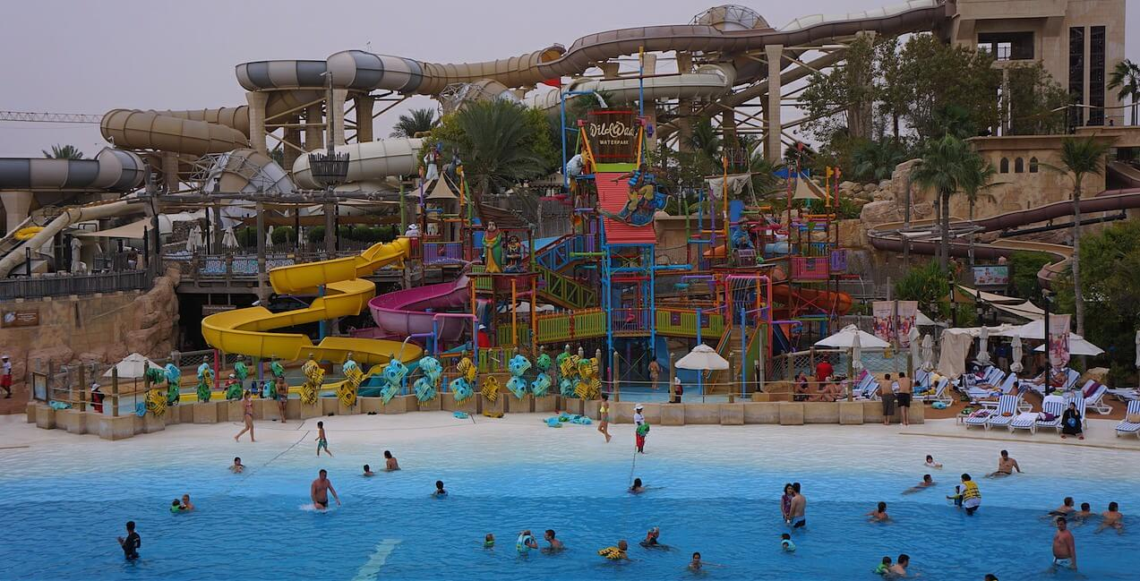 W południe udałbyś się do parku wodnego Wild Wadi.