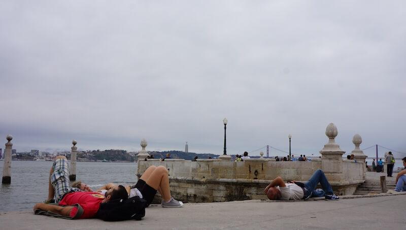 Skutkiem ubocznym spożywania dużej ilości jaj jest okresowe wiotczenie mięśni, w związku z tym Portugalczycy przybierają dziwne pozy w miejscach publicznych.