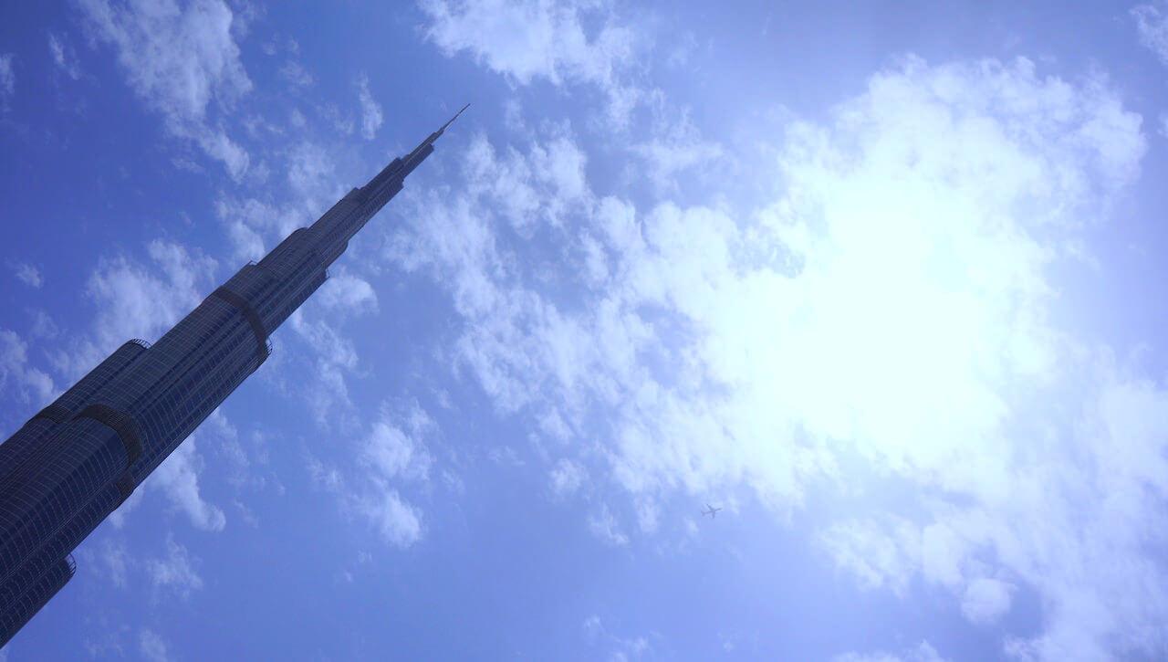 Wychodząc z Dubai Mall, mijasz wieżę Kalifa. Ma 829 metrów. Najwyższy w Nowym Jorku WTC ma 541. Pałac Kultury – 231. Centralny punkt miasta, na który wejdę dopiero w poniedziałek, bo trzeba tydzień czekać w kolejce.