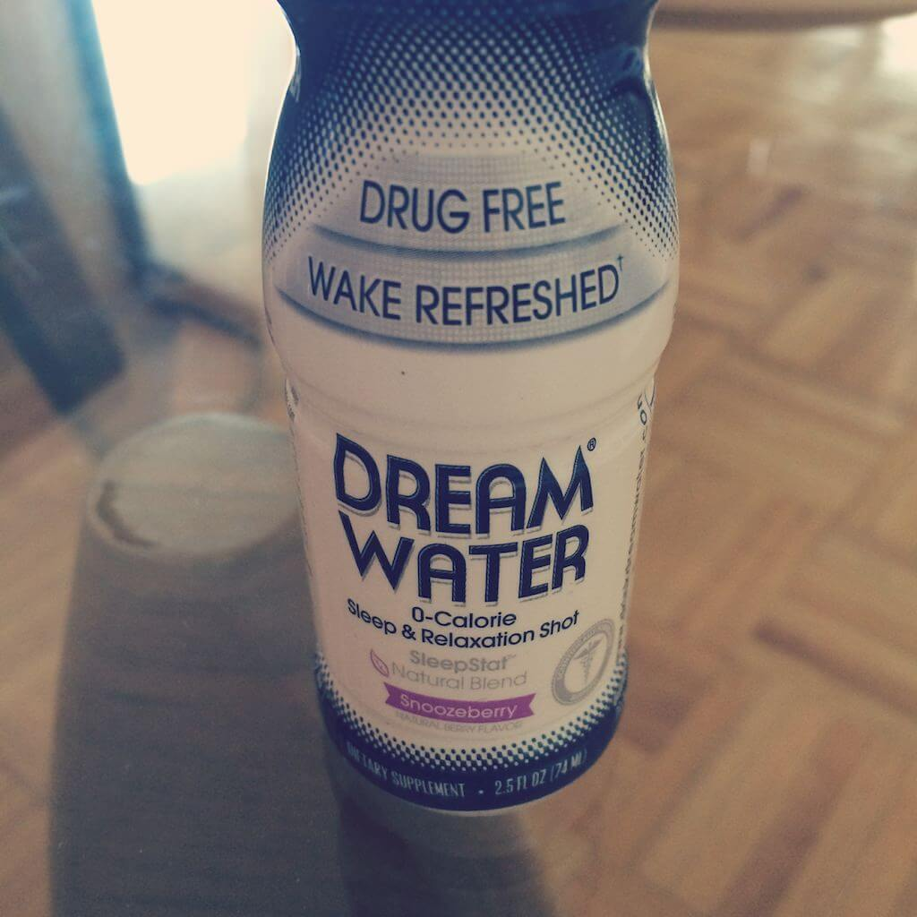 """Zakupy w NYC czasami trącą absurdami. Zgadnij, do czego służy mała buteleczka """"Dream Water"""". W smaku smakuje jak słodka woda. Podobno się po niej zasypia. Faktycznie, wypiłem o 21:00, zasnąłem o 1:30. CUD! Ale o takich produktach to zrobię chyba osobny tekst."""