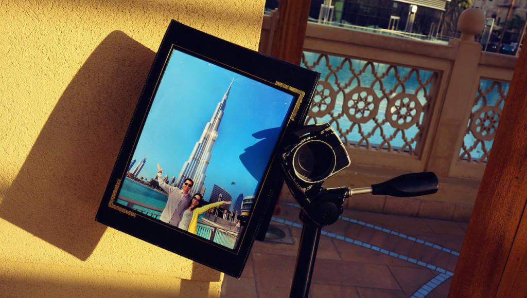 """Zbiegłem na dół, paczę ja ci, rozglądam się, widzę fotkę z wieżą. Więc tu jest ta wieża. Słynny drapacz chmur Burj Khalifa. Hm, czy oni wszystko nazywają """"burj""""? Najwyższy wieżowiec świata. 829 metrów. Ledwo, ledwo, ale przewyższył nawet Pałac Kultury. Dobra, ale gdzie on?"""
