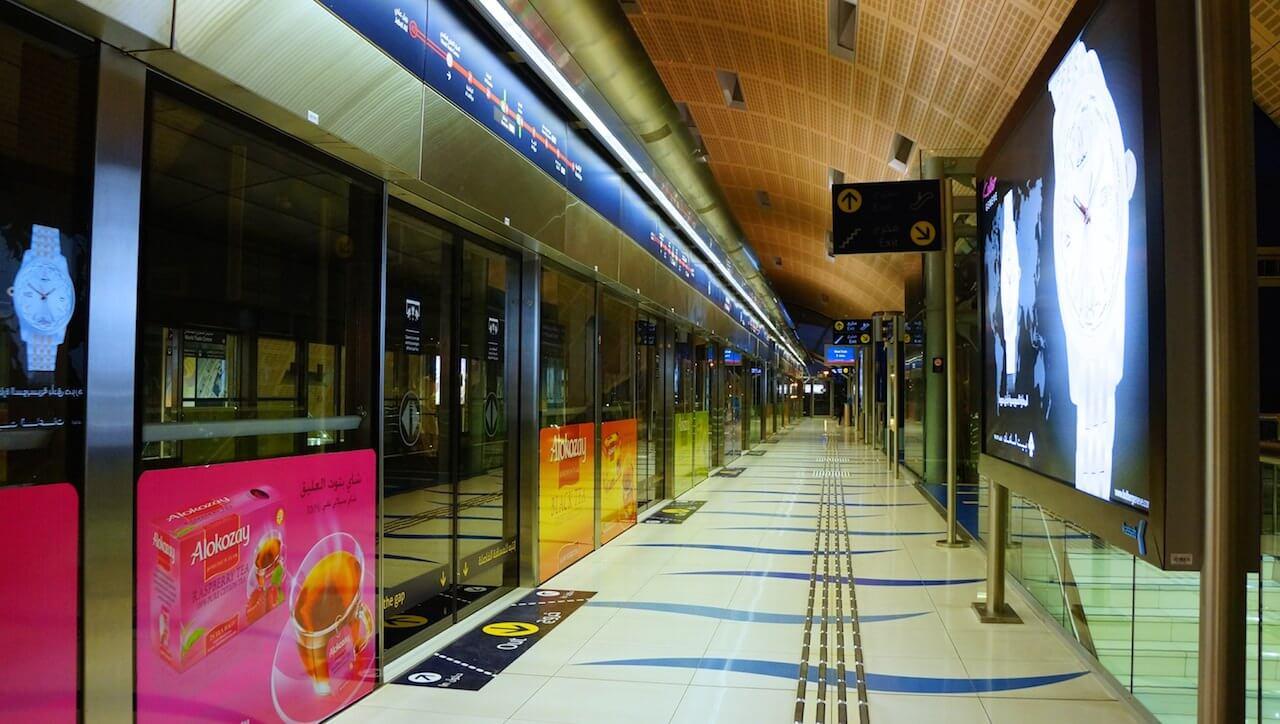 W spokojnych godzinach metro przypomina zamknięte centrum handlowe.