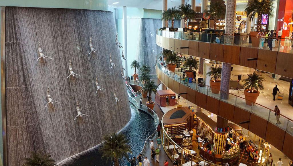 Dwie godziny później…. Wiedziałem, że to nie będzie takie proste. O ile dojazd metrem był przyjemny i szybki, o tyle wyjście z metra i przejście do pobliskiego centrum handlowego, a z niego wyjście, aby zobaczyć ten cholerny Dubaj, było… z lekka czasochłonne. Na zdjęciu wodospad w Dubai Mall.