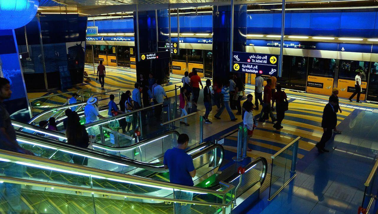 Prosta organizacja – dwa wejścia, dwa zejścia, dwa tory kolejowe, jeden pociąg co parę minut od 5 rano do 24.