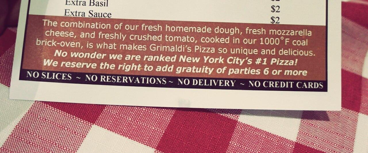 Polubiłem ich za adnotację na dole. Cztery hasła dobitnie pokazują, co myślą sobie o zwyczajach w innych nowojorskich restauracjach i że czują się na tyle mocni, że mogą dyktować własne warunki. Duży plus.