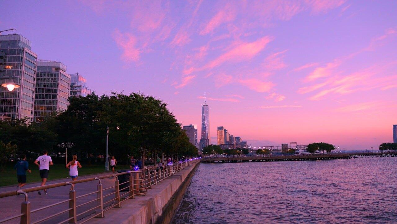 Wróciłem tam. Nic się nie zmieniło. To miejsce wyglądało tak, jak je zapamiętało. Jako idealne do biegania. Po prawej masz rzekę Hudson, po lewej calutki Manhattan, począwszy od Central Park przez wszystkie dzielnice a skończywszy na WTC i Battery Park z widokiem na statuę wolności. To zdjęcie zrobione mniej więcej w połowie trasy. Do widocznego w dali WTC jest jakieś 5-6 kilometrów.