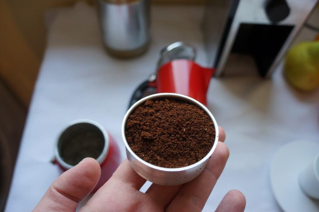 Mocno zmielona kawę wsypuje się do pojemnika.
