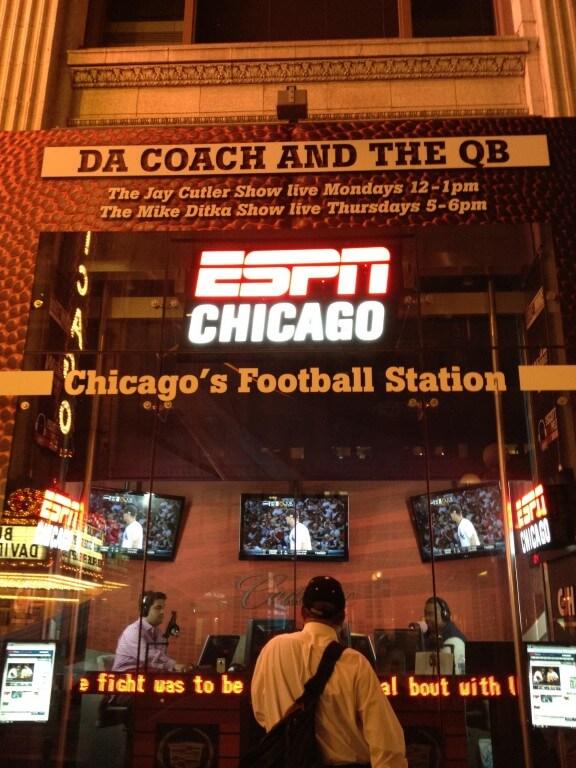 Ci dwa panowie za szybą siedzą w radio nadają na żywo audycję. W centrum Chicago. Świetny pomysł.