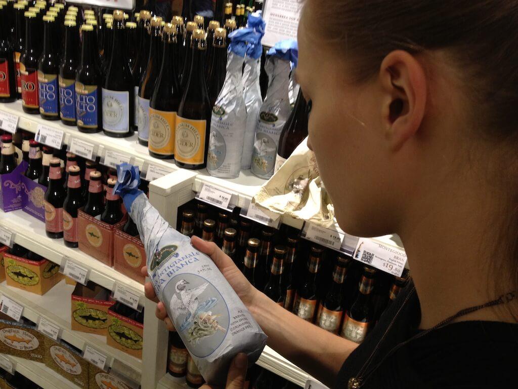 W okolicach Union Square (no powiedzmy, że to odpowiednik Placu Zamkowego w Warszawie) znaleźliśmy lokal, w którym wszystko było po włosku. Szukaliśmy czegoś do picia, ale uznaliśmy, że tej nocy nie będziemy przeginać, bo w Stanach poniżej 21 roku życia picie jest zabronione. Kasia sama pić nie chciała.