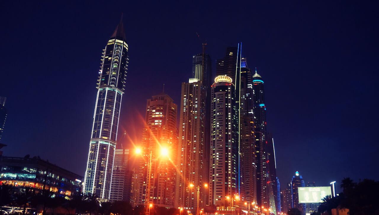 Pod wieczór jedziesz do Dubai Marina. Tu zawsze coś się dzieje.