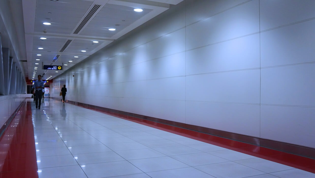 Gwoli ścisłości tutejsze metro nie jest metrem. Nazywa się tak, ale to bardziej kolejka naziemna, bo cały czas podróżuje się nad ulicami Dubaju. Długie korytarze o szpitalnym klimacie potrafią ciągnąć się przez setki metrów.