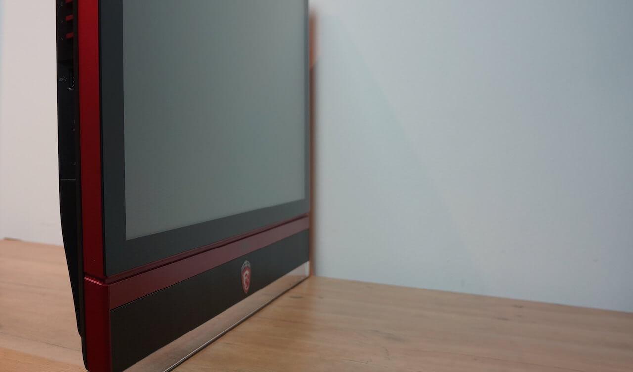 Na moim biurku zajmuje o połowę mniej miejsca niż poprzedni monitor, głównie dzięki temu, że nie ma szerokiej podstawki. Jest tylko jedna szklana podpórka, która ustawia sprzęt w pozycji pionowej.