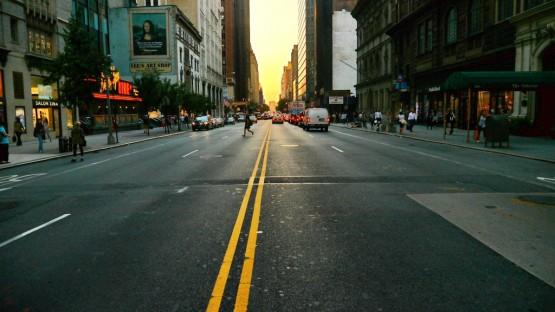 Może przejdę przez ulicę, w połowie drogi odwrócę się w prawo i zobaczę miasto, które się nie kończy.