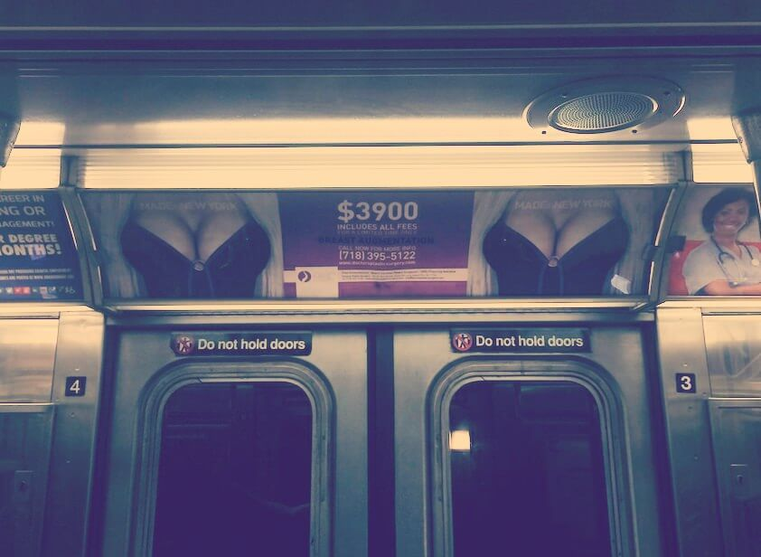 "Na cyckach napis ""Made in New York""."