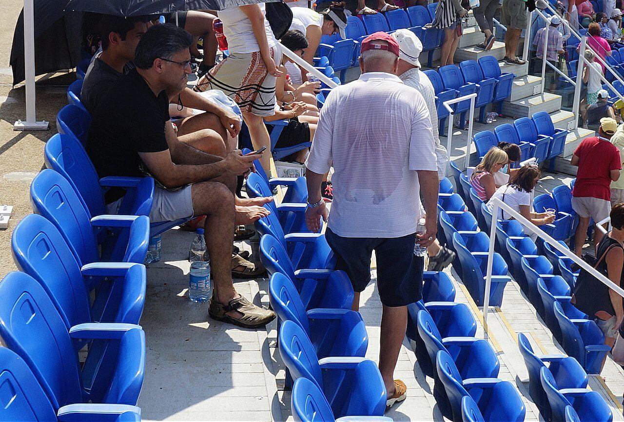 Ci, którzy mimo wszystko zostawali na trybunach, po meczu wyglądali tak, jak ten dziadek. I weź tu siedź za czymś takim.