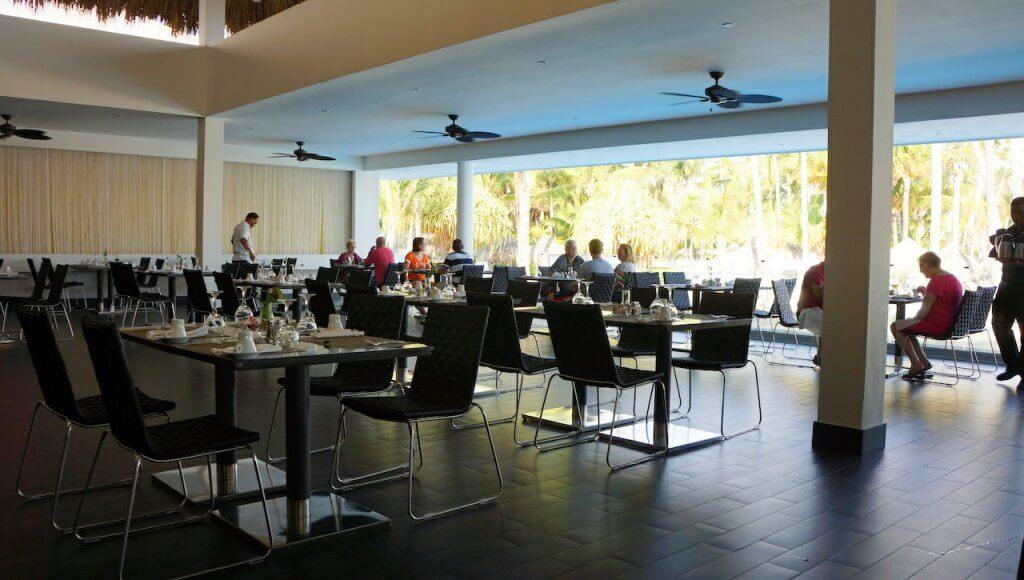 """Restauracja dla gości """"premium"""". Prawie zawsze pusta. Czasami rano spędzałem w niej po dwie godziny pisząc teksty, bo poza pokojem i zimnawym lobby była tu najlepsza sieć."""