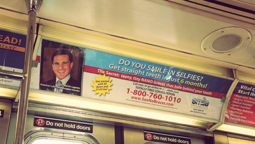 Gdybym miał problem z zębami, ta reklama przekonałaby mnie, aby coś z nimi zrobić. Trochę wredna, bo sugeruje, że jak masz krzywe, to nie powinieneś się uśmiechać, ale od razu daje ci odpowiedź, jak temu w prosty sposób zaradzić.