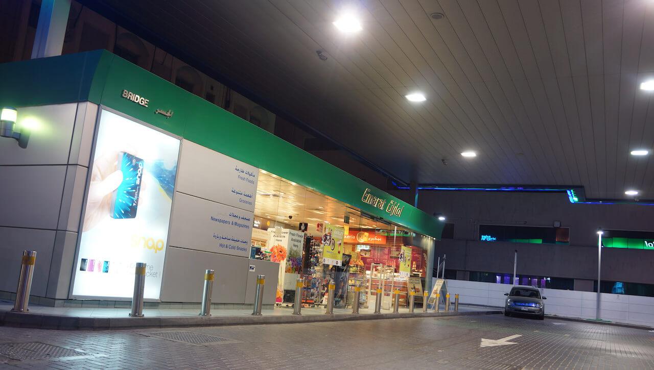 Stacja benzynowa. W cywilizowanym świecie to symbol źródła dla spragnionych i jedno z nielicznych miejsc, które praktycznie w każdym kraju jest czynne całą dobę.