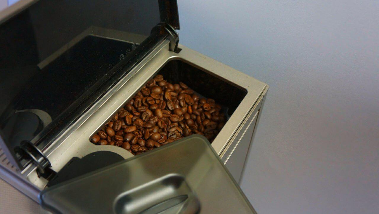 Można wsypać do niej ziarna, można kawę zmieloną, można ustawić grubość zmielenia ziarna. Dobre rozwiązanie dla tych, którzy wieczorami lubią napić się np. bezkofeinowej.