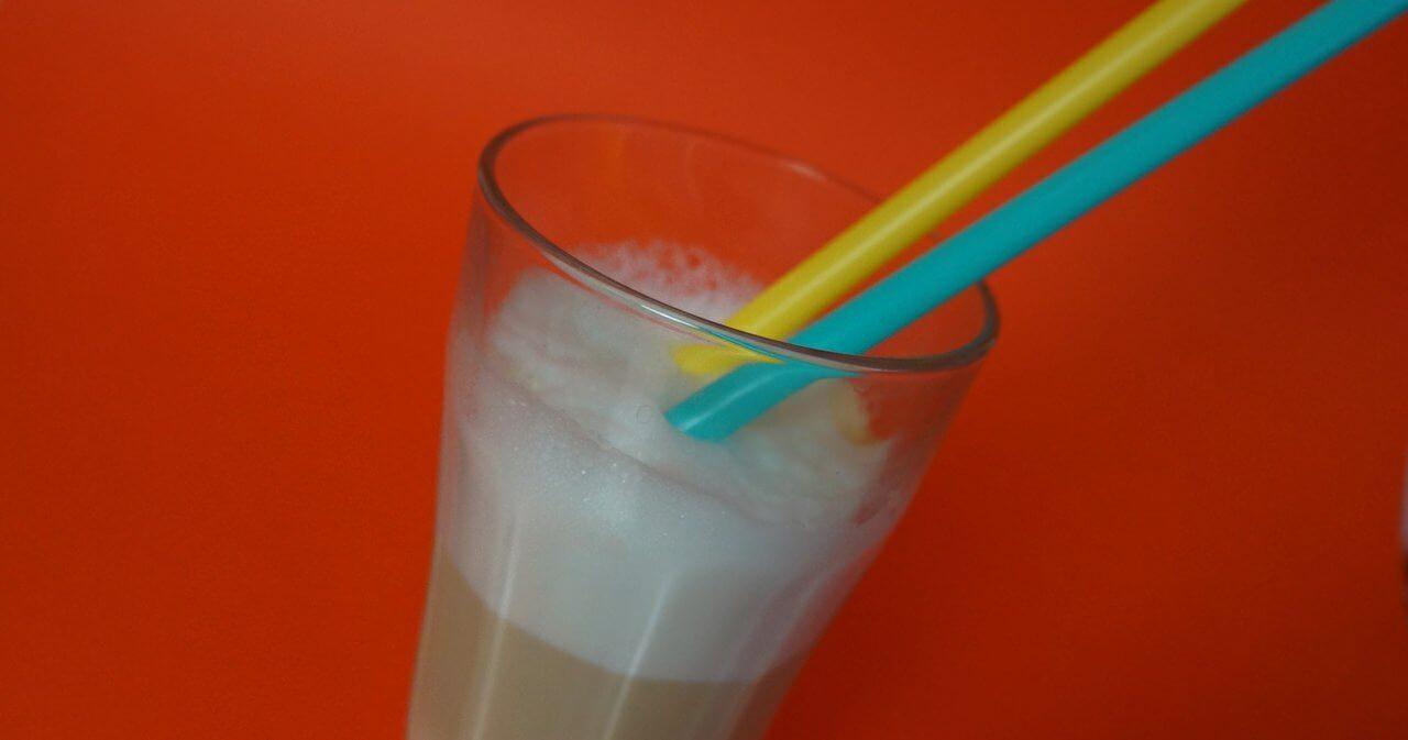 Pierwsza latte. Przesadził z ilością pianki.
