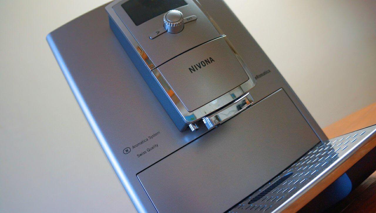 Pani Nivonie niewiele można zarzucić w kwestii designu. Ma niezłą figurę, jest bardzo opływowa i zawstydza inne urządzenia w mojej kuchni.
