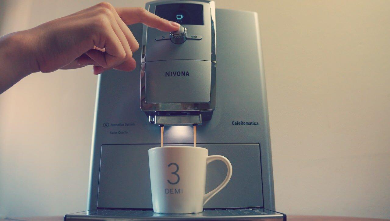 Niby nic, a cieszy – podświetlenie filiżanki w trakcie zaparzania kawy. Lubię zwracać uwagę na takie szczegóły.
